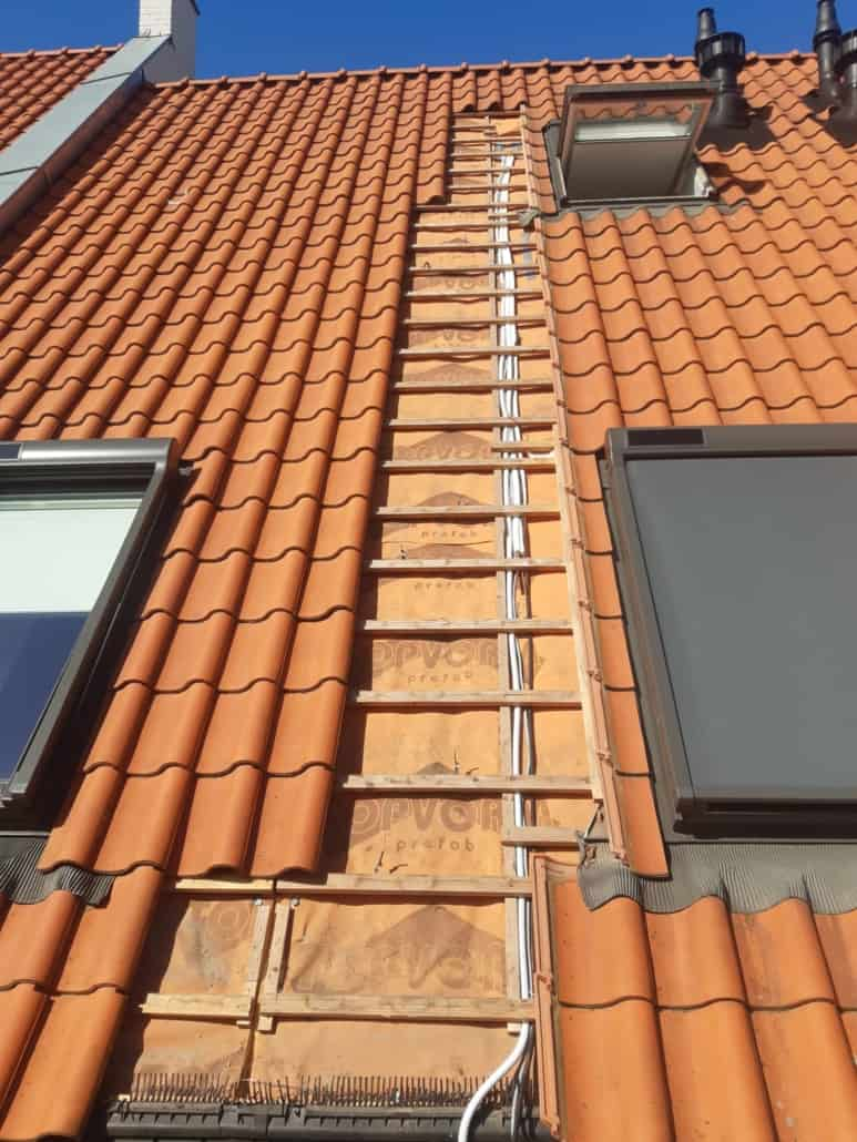 airco leiding naar de zolder onder de dakpannen weggewerkt
